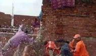 Video: बाढ़ राहत सामग्री बांटते समय नदी में गिरे DM साहब, खुद की परवाह छोड़ लोगों को बचाया