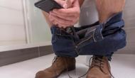 कमोड पर बैठकर करते हैं मोबाइल का इस्तेमाल तो हो जाएं सावधान, प्राइवेट पार्ट से निकलने लगेगा खून