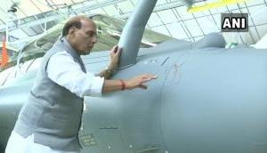 दशहरे का दिन भारत के लिए ऐतिहासिक, फ्रांस ने सौंपा पहला राफेल, रक्षा मंत्री ने ओम बनाकर किया स्वागत