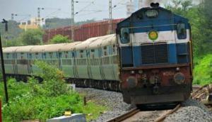 गांव वालों की तत्परता से बड़ा रेल हादसा टला, टूटी पटरी तक पहुंचने से पहले लाल गमछा दिखा रुकवाई ट्रेन