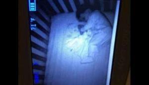 पालने में सो रहे बच्चे साथ भूत को लेटा देख मां के उड़ गए होश, बाद में सामने आई ये सच्चाई