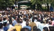 वकीलों द्वारा साथियों की पिटाई के बाद पुलिसकर्मियों का दिल्ली पुलिस मुख्यालय के बाहर प्रदर्शन