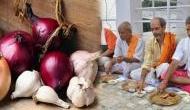 इस गांव में कोई नहीं खाता प्याज और लहसुन, बाजार से लाने पर भी हो जाती है अशुभ घटना