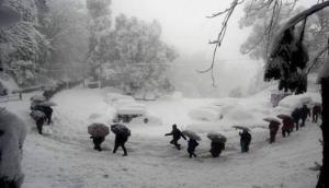 Weather Update : कश्मीर घाटी में जबरदस्त बर्फबारी, हवाई सेवाएं पूरी तरह प्रभावित