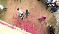 हैदराबाद गैंगरेप: चारों आरोपियों का एनकाउंटर करने वाले पुलिसकर्मियों पर लोगों ने बरसाए फूल