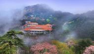 पहाड़ की चोटी पर यहां बना है शानदार होटल, 60 हजार सीढ़ियां चढ़कर पहुंचते हैं सैलानी