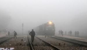 घर से निकलने से पहले देख लें अपनी ट्रेन का स्टेटस, कम दृश्यता के चलते कई ट्रेनें लेट