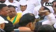 Video: तिरंंगे का सम्मान भूले कांग्रेसी नेता ! ध्वजारोहण के दौरान एक-दूसरे को जमकर जड़े थप्पड़