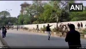 CAA प्रोटेस्ट: जामिया इलाके में फायरिंग, छात्र को लगी गोली, Video में पिस्तौल लहराता दिखा युवक