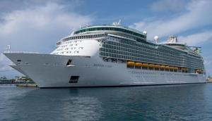 कोरोना वायरस के चलते 6 हजार पर्यटकों को ले जा रहे जहाज में मचा हड़कंप, मिले दो संदिग्ध