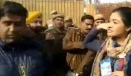 जिस नेता ने अलका लांबा पर की थी अभद्र टिप्पणी, उसे हीरो की तरह पेश कर रही है AAP पार्टी