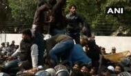 नागरिकता कानून के विरोध में प्रदर्शन कर रहे थे जामिया के छात्र, पुलिस ने किया लाठीचार्ज