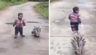 इस खतरनाक जानवर के साथ घूमते दिखा छोटा बच्चा, देखें वायरल वीडियो