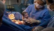 पैदा होने के बाद डॉक्टर को गुस्से में देखने लगी नवजात, तस्वीरें हो रहीं वायरल
