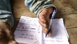 नहीं थे हाथ.. पैरों से किस्मत लिखना शुरू किया और 10वीं की परीक्षा पास कर सबको कर दिया हैरान