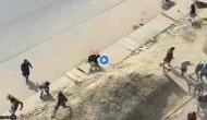 Video: पुलिस को घेरकर महिला-पुरुषों ने जमकर चलाई लाठी, खौफनाक मंजर देख रूह कांप जाएगी