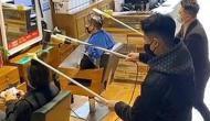 कोरोना वायरस का चीन में ऐसा फैला खौफ, वीडियो में देखें कई फुट लंबी कैंची से बाल काट रहे नाई
