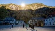 एक अंधेरे गांव को पहाड़ों पर मिरर लगाकर किया रोशन