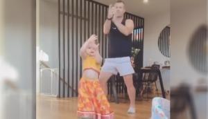 डेविड वार्नर ने अपनी बेटी के साथ 'शीला की जवानी' गाने पर किया डांस, देखें वीडियो