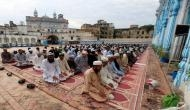 पाकिस्तान पर भारी पड़ सकती है ये गलती, रमजान के महीने में सामूहिक नमाज अदा करने की दी इजाजत