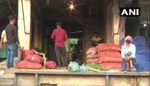 Delhi: Okhla vegetable market witnesses low turnout of customers due to coronavirus lockdown