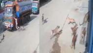 इंसान के पीछे था आदमखोर तेंदुआ, तभी आवारा कुत्तों ने घेरा, फिर जो हुआ..देखें वायरल वीडियो