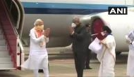 Video: बंगाल पहुंचे PM मोदी जैसे ही जहाज से उतरे, ममता बनर्जी ने हाथ जोड़कर किया स्वागत, लेकिन..