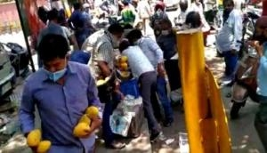 Delhi crowd go crazy after seeing unattended crates of mangoes, loot fruits from street vendor; video goes viral
