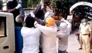 उत्तर प्रदेश: सरकारी दफ्तर के सामने शख्स की मौत, शव को कूड़ा गाड़ी में लादकर ले गए निगम कर्मी