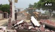कानपुर: हिस्ट्रीशीटर विकास दुबे के किले जैसे बंगले पर चला पुलिस का बुलडोजर, मलबे में हुआ तब्दील