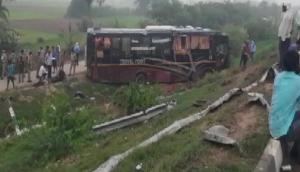 लखनऊ-आगरा एक्सप्रेस वे पर दर्दनाक हादसा, कन्नौज के पास बस ने कार में मारी टक्कर, 5 लोगों की मौत 18 घायल