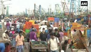 Chennai: Ahead of complete lockdown, people throng Kasimedu fish market