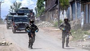 जम्मू-कश्मीर के पुलवामा में सुरक्षा बलों और आतंकियों के बीच मुठभेड़, दोनों ओर से जबरदस्त गोलीबारी
