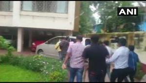 SSR केस: सुबह-सुबह रिया चक्रवर्ती के घर पहुंची NCB टीम, सैमुअल मिरांडा के घर भी सर्च ऑपरेशन