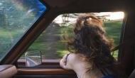 चलती कार में खिड़की से निकल स्नैपचैट वीडियो बना रही थी लड़की, संतुलन बिगड़ने से सड़क पर गिरी और..