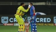IPL 2020: चेन्नई के गेंदबाजी की कुटाई कर रहे थे पृथ्वी शॉ तभी आंख में चला गया कीड़ा, धोनी ने किया ऐसा देखकर लोगों ने कहा वाह