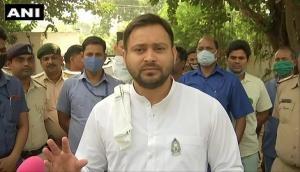 बिहार: RJD के पोस्टर से लालू-राबड़ी गायब, BJP ने कहा- मां-बाप के फोटो से शर्मिंदा तेजस्वी यादव