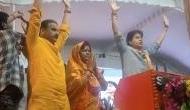 Video: BJP के लिए प्रचार करने पहुंचे ज्योतिरादित्य सिंधिया ने कह दिया- हाथ के पंजे वाला बटन दबाना