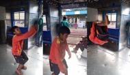 चलती ट्रेन में छोटे से लड़के ने किया जबरदस्त स्टंट, वीडियो देखकर आप भी रह जाएंगे दंग