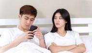 सावधान: स्मार्टफोन पास रखकर सोते हैं तो बर्बाद हो जाएगी आपकी पारिवारिक जिंदगी, यौन क्षमता प्रभावित