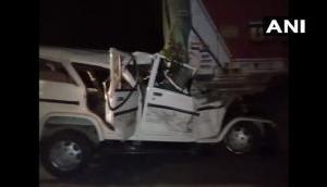 बारात से लौटते समय बोलेरो की ट्रक से भीषण टक्कर, 6 बच्चों समेत 14 की दर्दनाक मौत