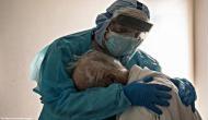 कोरोना पीड़ित बुजुर्ग को डॉक्टर ने लगाया गले, अब सोशल मीडिया में वायरल हो रही तस्वीर