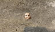 इस महिला को अपने घर की दीवार में गड़ी मिली खौफनाक गुड़िया, देखते ही निकल गई चीख