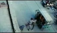 Video: पैदल जा रहे युवक पर गिरा निर्माणाधीन खम्भा, वीडियो देखकर निकल जाएगी आपकी चीख