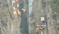 दो पहाड़ों के बीच बंधी रस्सी पर किसी ने चलाई साइकिल तो किसी ने बाइक, वीडियो देख निकल जाएगी चीख