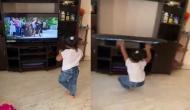 टीवी देखकर डांस करने लगी छोटी सी बच्ची, वीडियो में देखें उसके बाद हुआ क्या