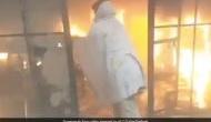 Video: पुलिसकर्मी ने जान पर खेलकर आग में घिरे शख्स को कमरे से निकाला बाहर, लोग बोले- वाह