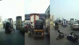 ऑटो वाले का हुआ बाइक सवार से झगड़ा, वीडियो में देखें बदला लेने के लिए कैसे मारी टक्कर