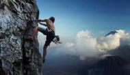 खौफनाक Video: पहाड़ पर चढ़ते वक्त ऊंचाई से गिरा नीचे, लेकिन हुआ ऐसा चमत्कार कि बच गई जान