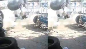 टायर में हवा भरते वक्त ये गलती कर बैठा शख्स, वीडियो में देखें जब भर गई ज्यादा हवा तो हुआ क्या